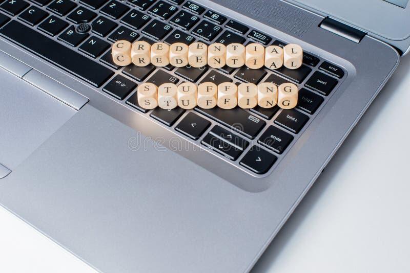 Palavra de enchimento credencial no teclado do caderno foto de stock