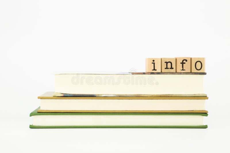Palavra de informação em selos e em livros da madeira imagem de stock royalty free