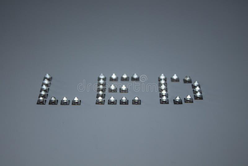 A palavra diodo emissor de luz formada pelo diodo emissor de luz real foto de stock