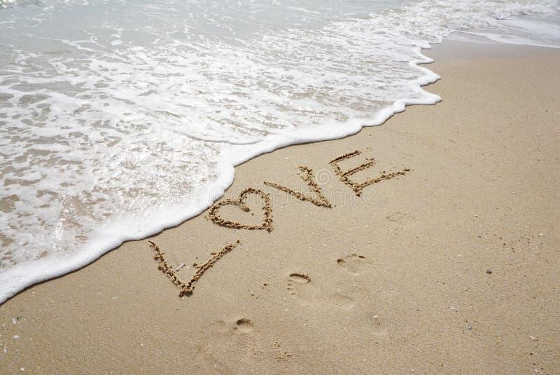 Palavra do amor sobre na praia imagem de stock