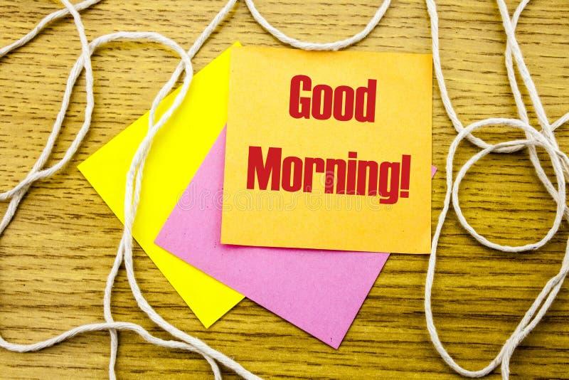 Palavra do bom dia na nota pegajosa amarela no fundo de madeira Conceito do negócio imagem de stock royalty free