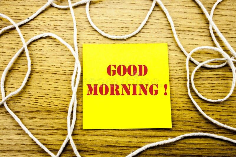 Palavra do bom dia na nota pegajosa amarela no fundo de madeira Conceito do negócio fotografia de stock royalty free