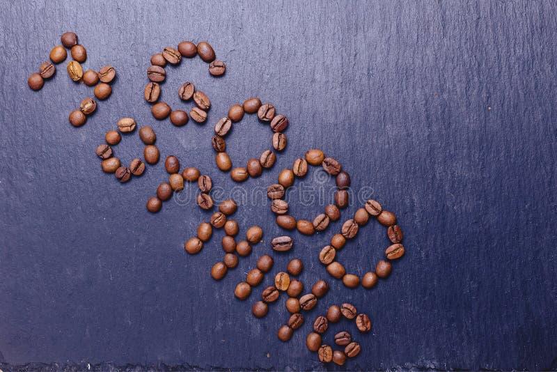 palavra do bom dia por feijões de café no backdround de pedra fotografia de stock royalty free
