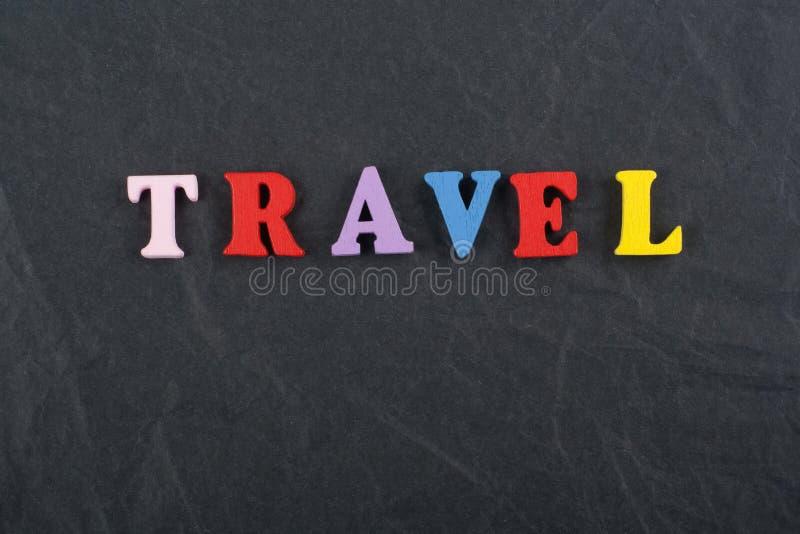 Palavra do CURSO no fundo preto composto das letras de madeira do bloco colorido do alfabeto do ABC, espaço da placa da cópia par imagem de stock