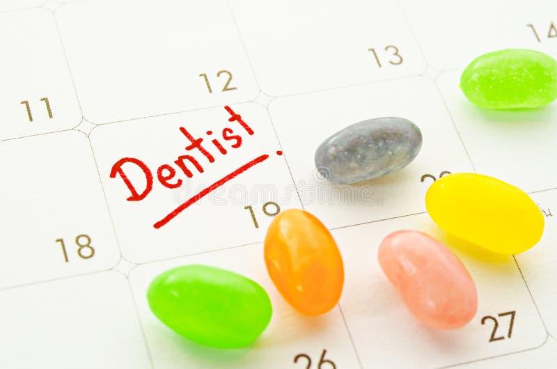 Palavra do dentista no calendário com doces coloridos fotografia de stock