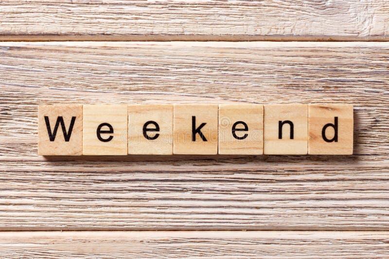 Palavra do fim de semana escrita no bloco de madeira texto na tabela, conceito do fim de semana fotos de stock royalty free