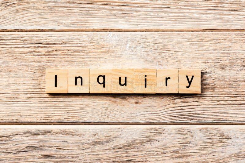 Palavra do inquérito escrita no bloco de madeira texto na tabela, conceito do inquérito fotografia de stock