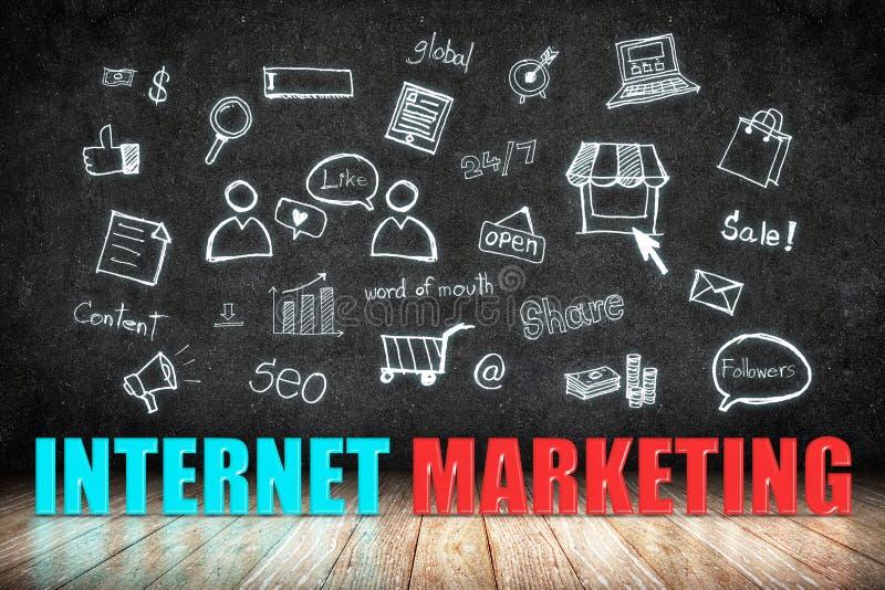 Palavra do mercado do Internet no assoalho de madeira com ícone da garatuja no blackb ilustração royalty free