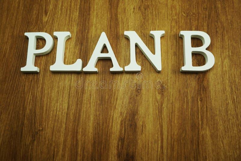 A palavra do plano B fez dos cubos de madeira com alfabeto das letras imagem de stock