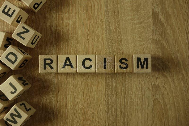 Palavra do racismo dos blocos de madeira imagens de stock royalty free