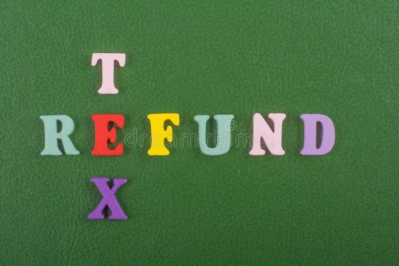 Palavra do REEMBOLSO de TEX no fundo verde composto das letras de madeira do bloco colorido do alfabeto do ABC, espaço da cópia p fotos de stock