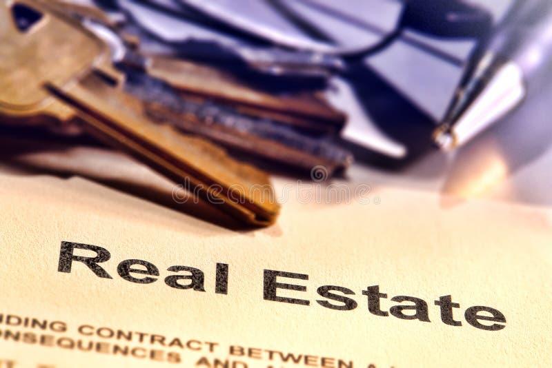 Palavra do título de bens imobiliários em uma página do contrato do corretor de imóveis
