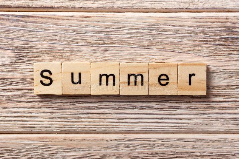 Palavra do verão escrita no bloco de madeira Texto na tabela, conceito do verão fotos de stock