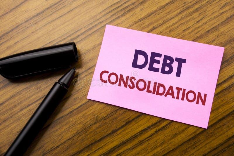 Palavra, escrevendo a consolidação de débito Conceito do negócio para o crédito do empréstimo do dinheiro escrito no papel vermel foto de stock