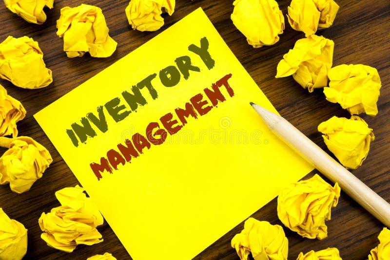 Palavra, escrevendo a gestão de inventário Conceito do negócio para a fonte conservada em estoque escrita no papel de nota pegajo imagens de stock royalty free