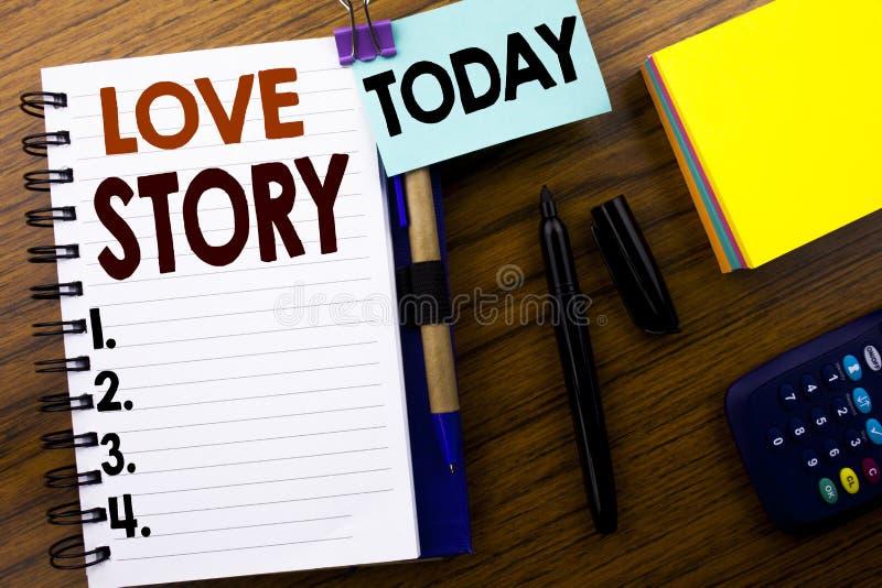 Palavra, escrevendo Love Story Conceito do negócio para amar alguém coração escrito no papel de nota do livro no fundo de madeira fotos de stock royalty free