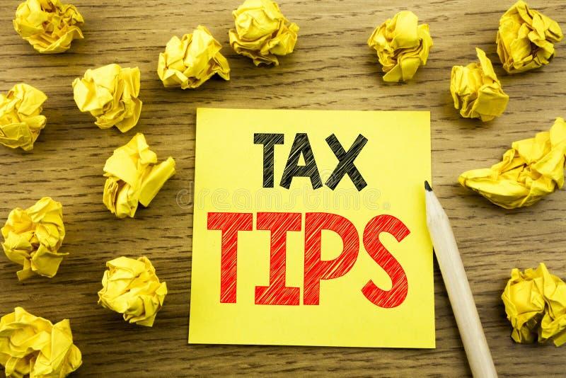 Palavra, escrevendo pontas do imposto Conceito do negócio para o reembolso do reembolso do auxílio do contribuinte escrito no pap imagens de stock