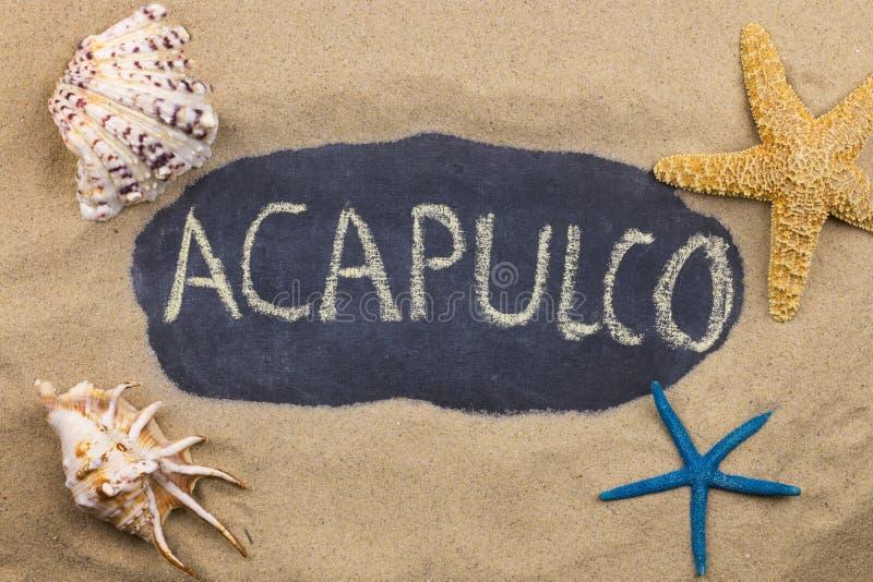 Palavra escrita à mão ACAPULCO escrito no giz, entre conchas do mar e estrelas do mar imagem de stock