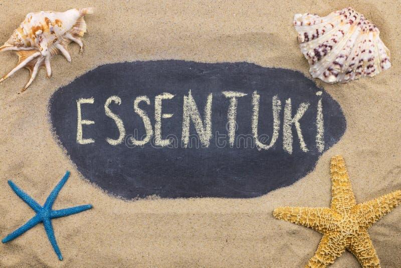 Palavra escrita à mão ESSENTUKI escrita no giz, entre conchas do mar e estrelas do mar imagem de stock royalty free