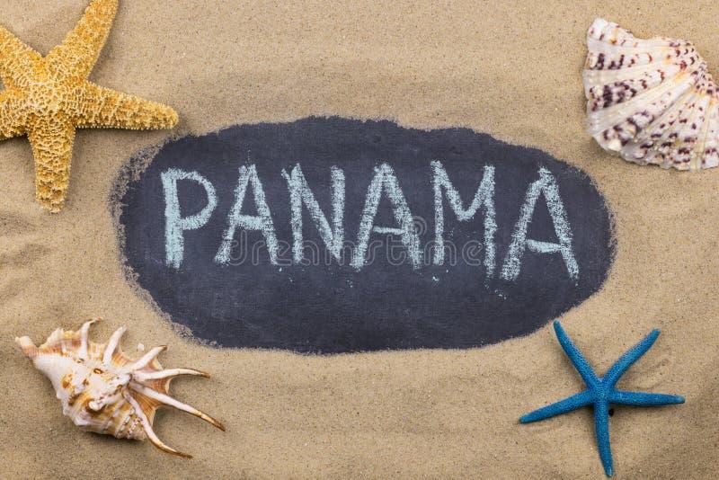 Palavra escrita à mão PANAMÁ escrita no giz, entre conchas do mar e estrelas do mar imagens de stock royalty free