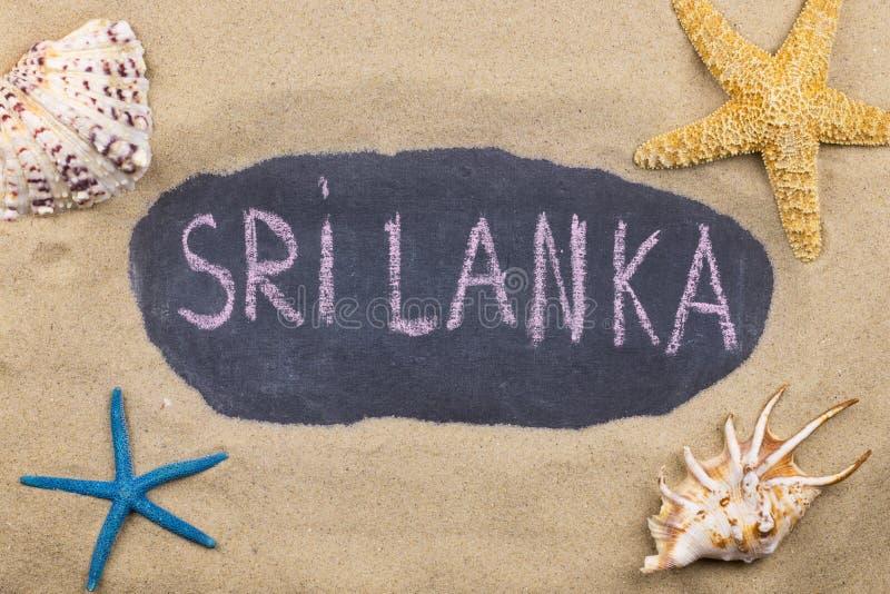 Palavra escrita à mão SRI LANKA escrito no giz, entre conchas do mar e estrelas do mar fotos de stock