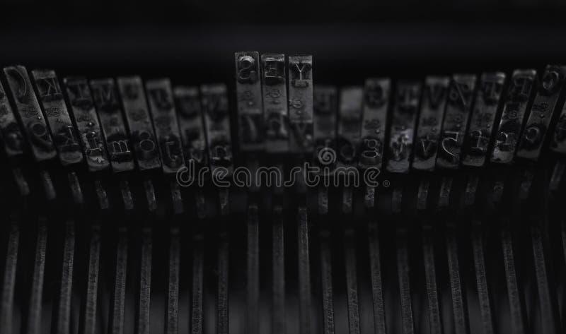 A palavra escrita SIM em letras do metal de uma máquina velha da escrita imagem de stock