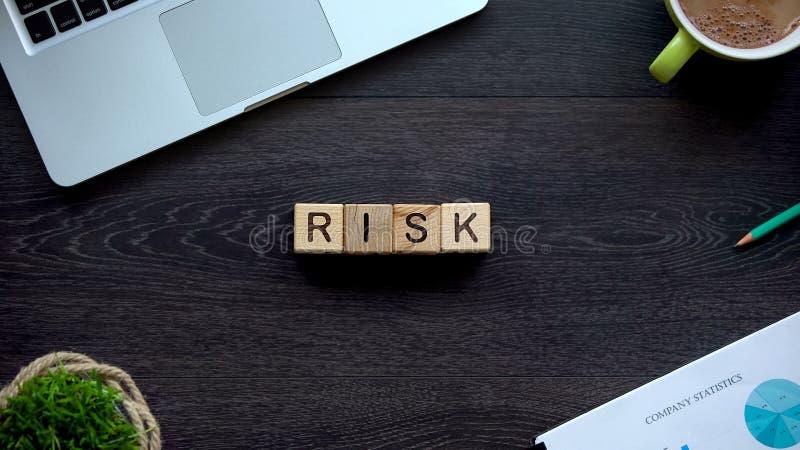 Palavra feita de cubos de madeira, capacidade do risco para conseguir o sucesso na carreira, possibilidade foto de stock royalty free