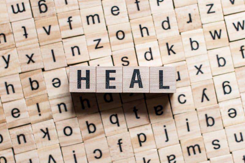 A palavra HEAL em cubos de madeira imagem de stock