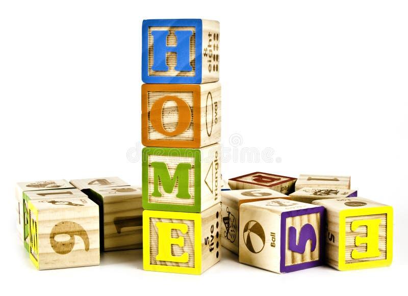 Palavra Home em letras de bloco de madeira imagens de stock royalty free