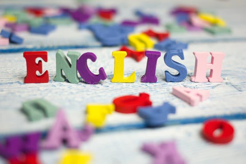 Palavra inglesa composta das letras de madeira do bloco colorido do alfabeto do ABC, espaço da cópia para o texto do anúncio Conc fotos de stock royalty free