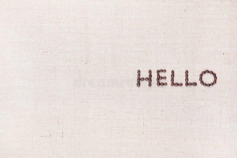 A palavra olá! escrita com os feijões de café disparados de cima de, alinhado à direita foto de stock