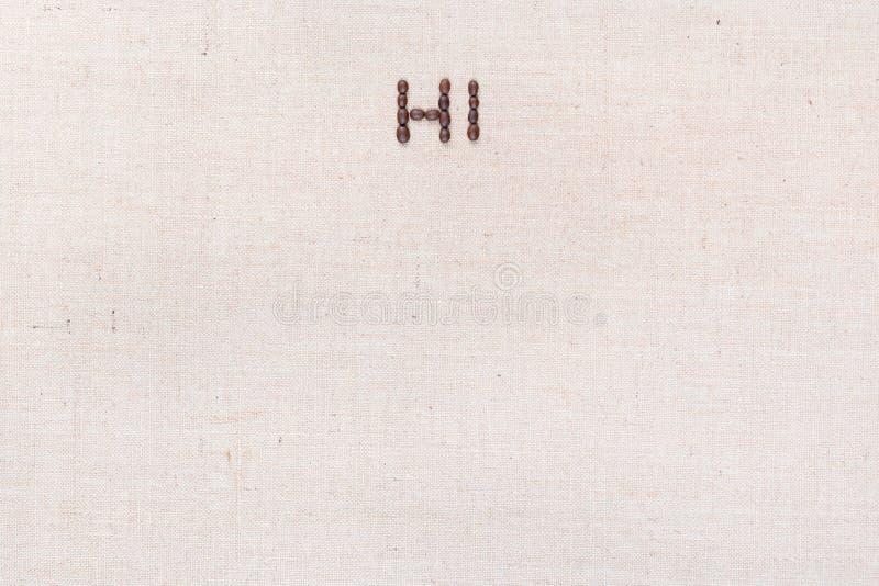 A palavra olá! escrita com os feijões de café disparados de cima de, alinhado na parte superior foto de stock