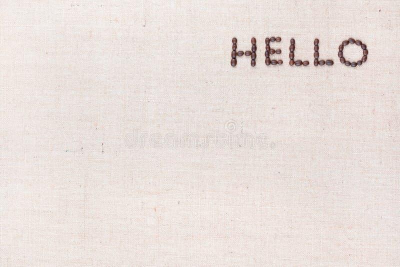 A palavra olá! escrita com os feijões de café disparados de cima de, alinhado no direito superior foto de stock