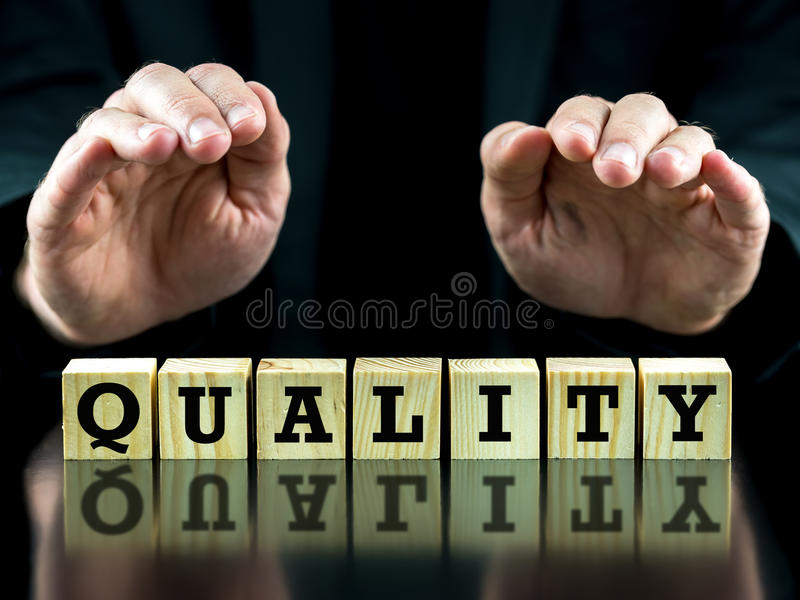 A palavra - qualidade - em cubos de madeira foto de stock