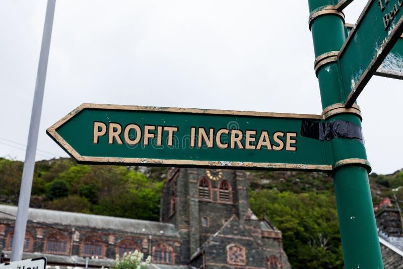 Palavra que escreve o aumento do lucro do texto O conceito do negócio para o crescimento na quantidade de rendimento ganhou de um imagem de stock royalty free