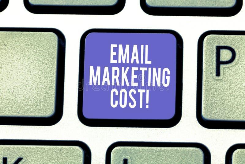 A palavra que escreve o conceito do negócio do custo de mercado do e-mail do texto para é o preço para enviar o teclado de mil me foto de stock