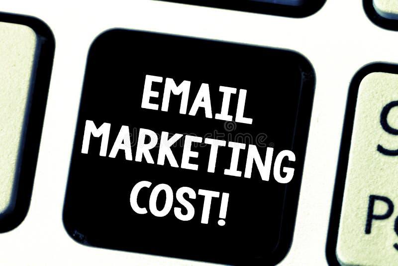 A palavra que escreve o conceito do negócio do custo de mercado do e-mail do texto para é o preço para enviar o teclado de mil me imagens de stock royalty free