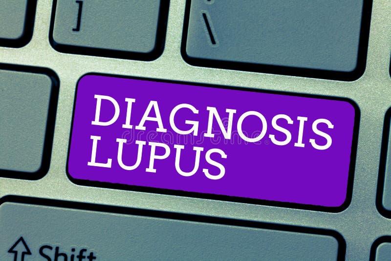 Palavra que escreve o lúpus do diagnóstico do texto Conceito do negócio para a mostra do exame da urina um aumento do nível da pr imagens de stock