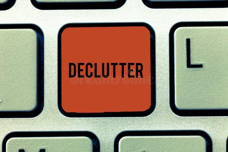 Palavra que escreve o texto Declutter Conceito do negócio para para remover os artigos desnecessários da chave de teclado bagunça imagem de stock