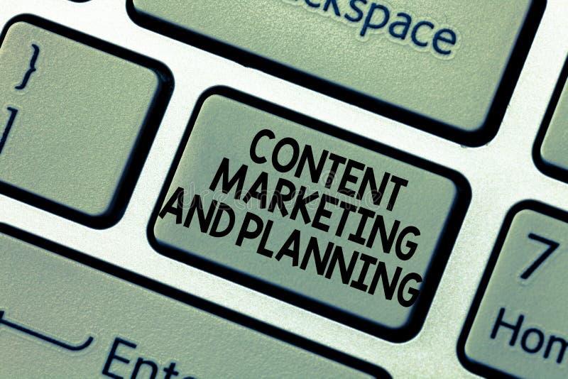 Palavra que escreve a texto o mercado e o planeamento satisfeitos Conceito do negócio para anunciar estratégias de otimização da  imagens de stock royalty free