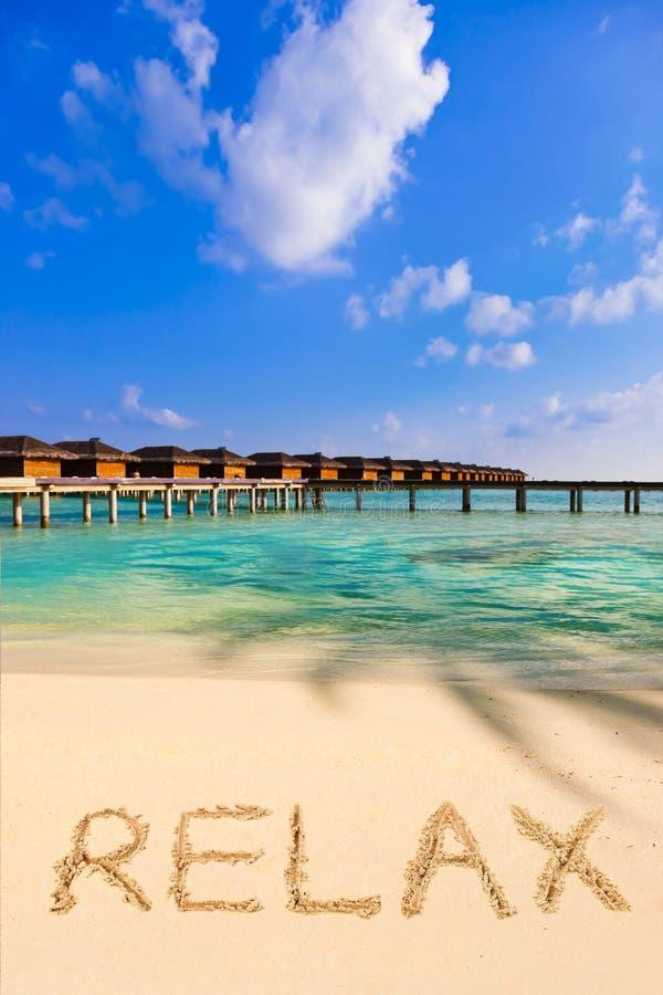 A palavra relaxa na praia foto de stock