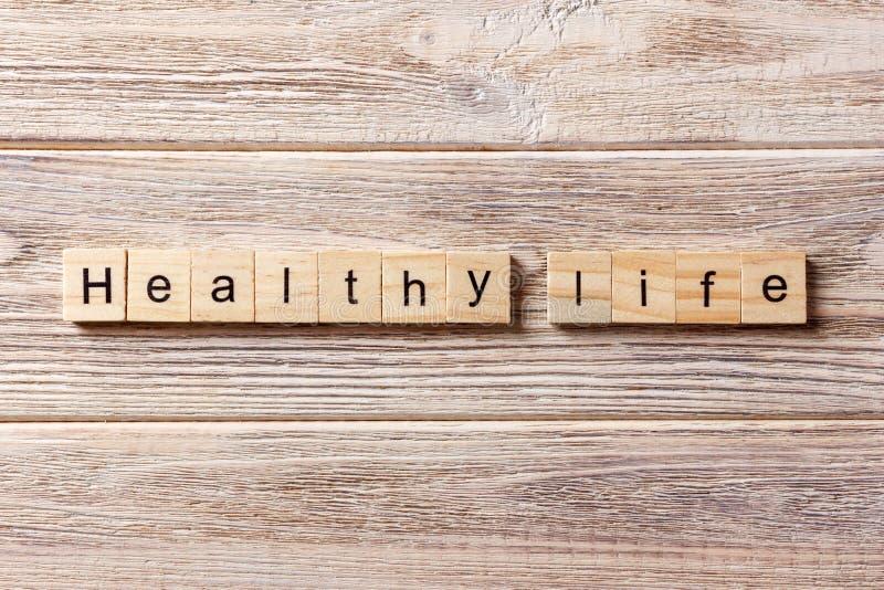 Palavra saudável da vida escrita no bloco de madeira texto saudável na tabela, conceito da vida foto de stock royalty free