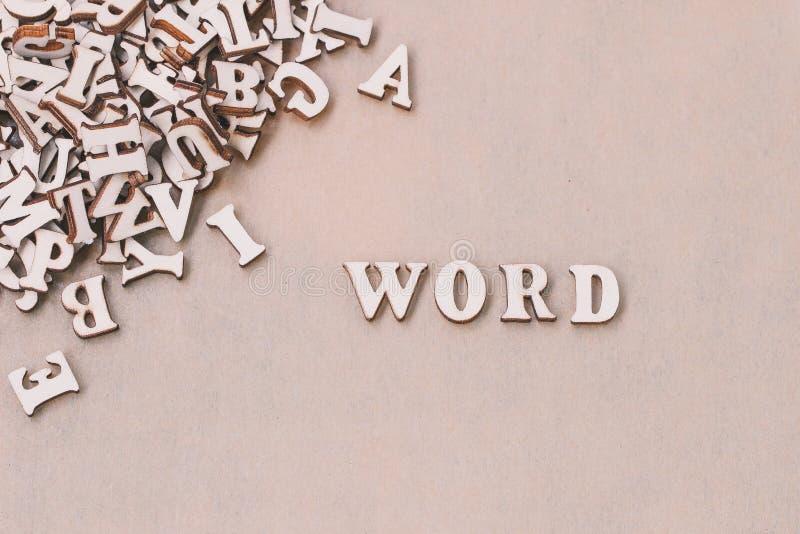 A palavra THINK fez com letras de madeira do bloco ao lado de uma pilha de outras letras fotografia de stock royalty free