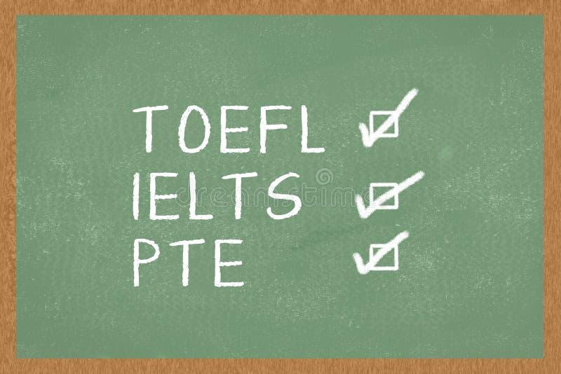 Palavra TOEFL, IELTS, PTE, com as caixas a tiquetaquear no fundo verde do quadro Teste de inglês como exames de uma língua estran foto de stock