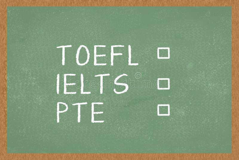 Palavra TOEFL, IELTS, PTE, com as caixas a tiquetaquear no fundo verde do quadro Teste de inglês como exames de uma língua estran fotos de stock