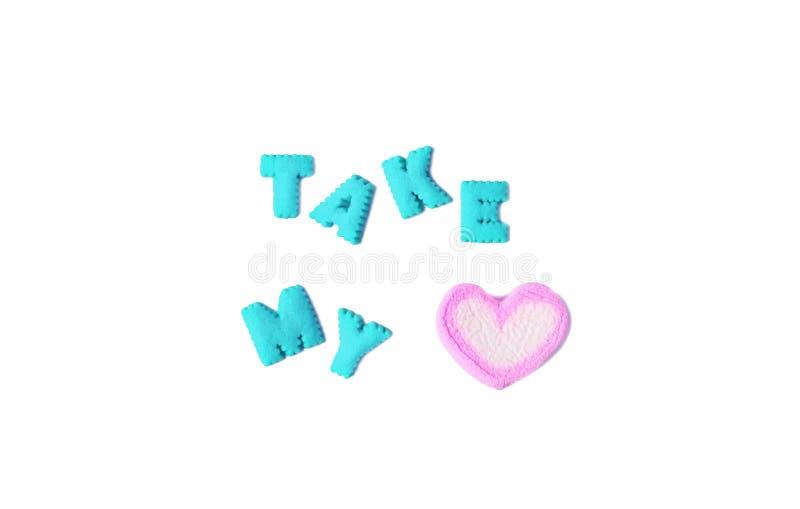 A palavra TOMA MEU CORAÇÃO soletrado com aqua que o alfabeto azul deu forma a cookies e a uns doces dados forma coração do marshm imagem de stock royalty free