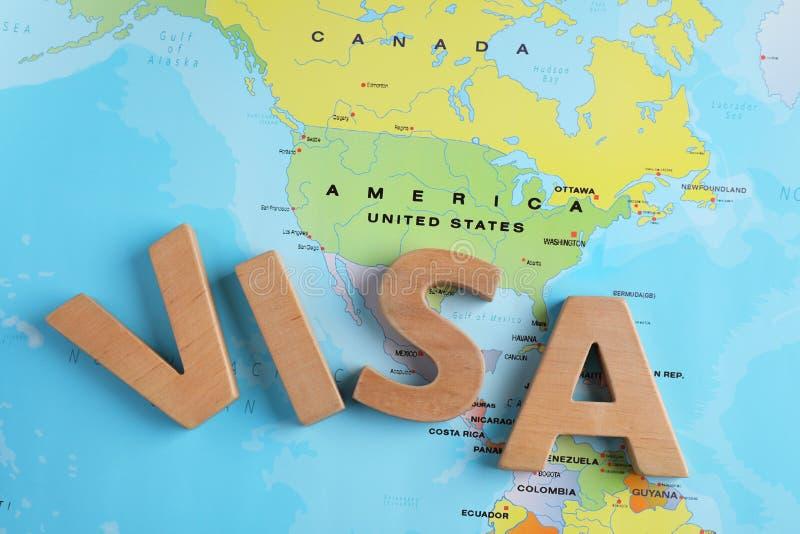 Palavra Visa feita de letras de madeira perto dos EUA no mapa mundial fotografia de stock royalty free