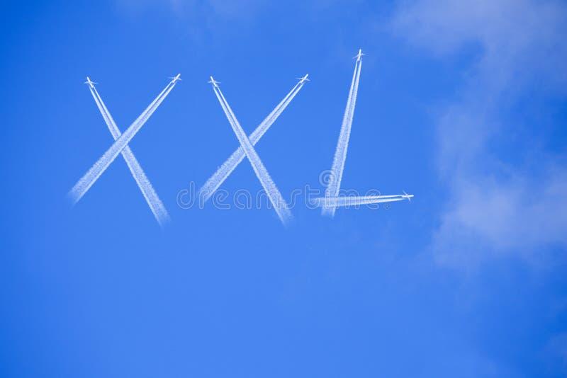Palavra XXL no céu azul fotografia de stock royalty free