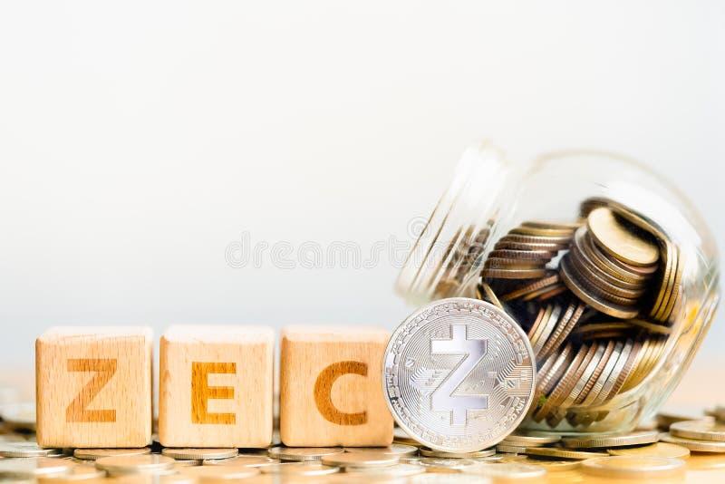 Palavra ZEC das moedas de Zcash ZEC e do bloco de madeira imagens de stock