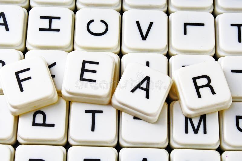 Palavras cruzadas da palavra do texto do medo A letra do alfabeto obstrui o fundo da textura do jogo Letras de blocos alfabéticas fotos de stock royalty free